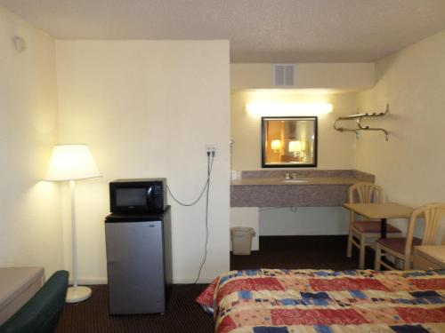 Camelot Inn Elyria Photo