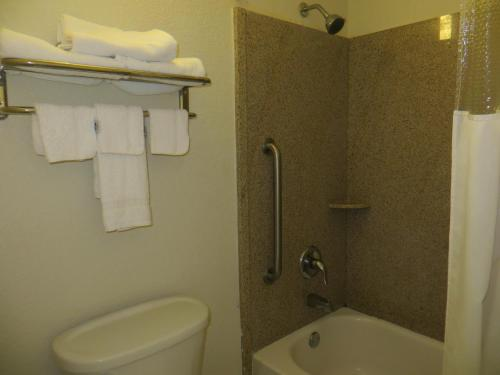 Rodeway Inn & Suites Fort Jackson Photo