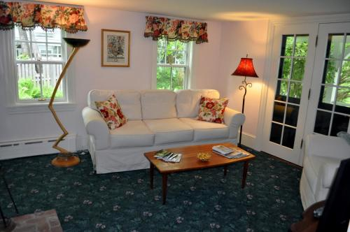 Stone Throw Cottage Inn Photo