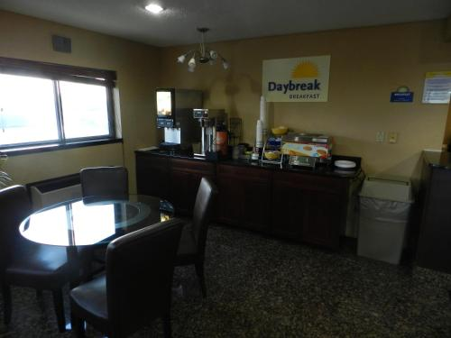 Days Inn Le Roy/Bloomington Southeast - Le Roy, IL 61752
