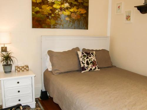 fisher house victoria bed and breakfast victoria bc. Black Bedroom Furniture Sets. Home Design Ideas