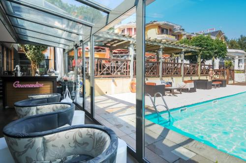 Les tresoms hotel review lake annacy travel for Lake annecy hotels swimming pool