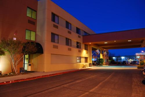 Oxford Suites Redding Photo