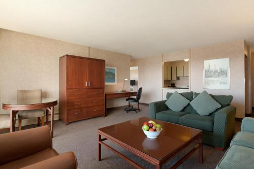 Coast Plaza Hotel and Suites Photo