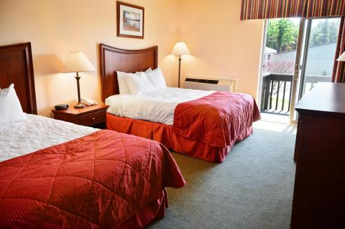 Clarion Inn & Suites Lake George Photo