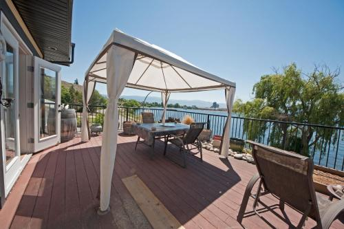 Poplar Point Lakeview Home by realTopia Vacation Rentals Photo