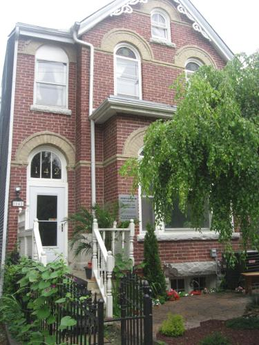 Toronto Garden Inn Bed & Breakfast Photo