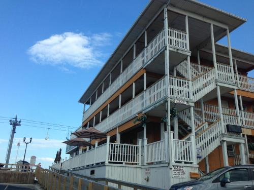 Boardwalk Hotel Charlee & Apartments Photo