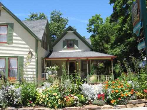 Heart Of The Hills Inn - Bed And Breakfast - Adults Only
