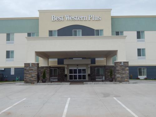 Best Western Plus Pratt Photo