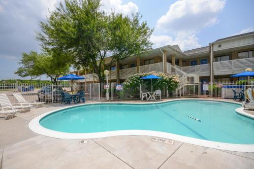 Motel 6 Houston-Baytown East Photo