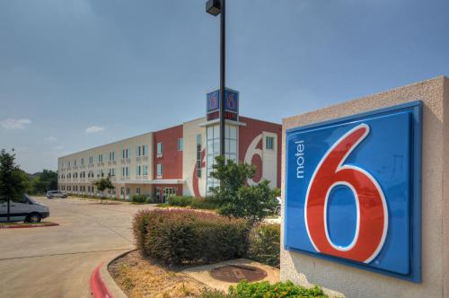 Motel 6 Fort Worth Northlake Speedway Photo
