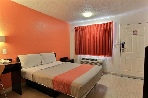 Motel 6 Austin Central - North photo 2