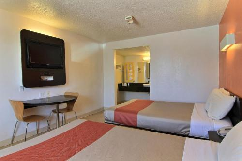 Motel 6 Austin Central - North photo 29