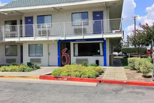 Motel 6 Austin Central - North photo 13