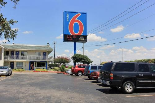 Motel 6 Austin Central - North photo 11