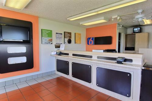 Motel 6 Austin Central - North photo 51