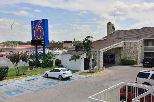 Motel 6 Austin Central - South/University of Texas Photo