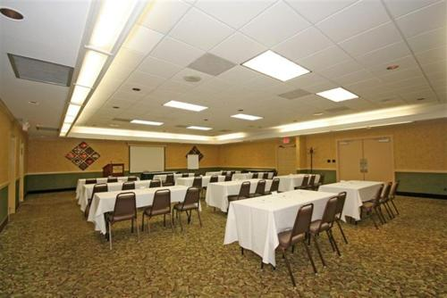 Ramada Burlington Hotel and Conference Center Photo