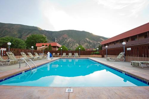 Glenwood Springs Cedar Lodge Photo