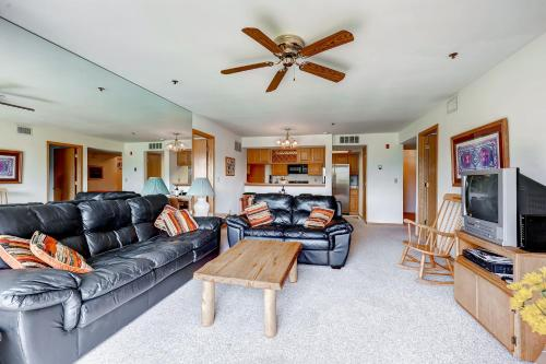 Two-Bedroom Lake Forest Condo 102C with Lake Views Photo