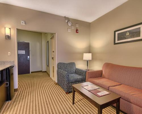 Comfort Suites East Broad at 270 Photo