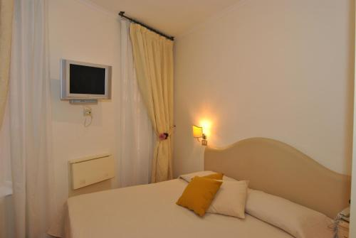 Hotel 95 Rooms In Rome thumb-2