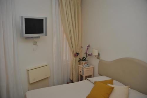 Hotel 95 Rooms In Rome thumb-4