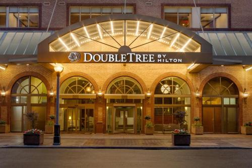 DoubleTree by Hilton Toronto Downtown Photo