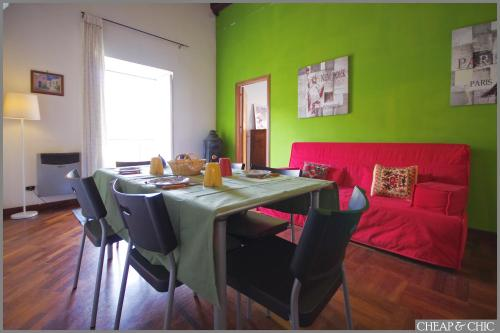 https://www.booking.com/hotel/it/cheap-amp-chic-apartments.en.html?aid=1728672
