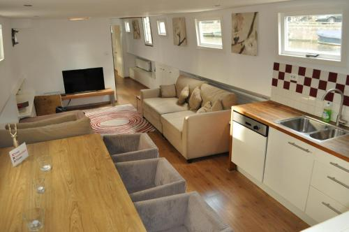 http://www.booking.com/hotel/nl/amsterdam-houseboat-amsterdam1.html?aid=1728672