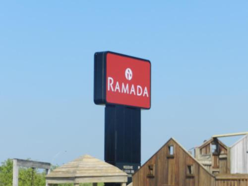 Ramada Williamsburg And Wasserbahn Waterpark Resort - Williamsburg, IA 52361