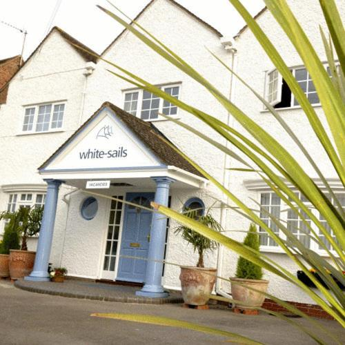 Stratford Upon Avon Holiday Inn: White Sails, Stratford Upon Avon Bed And Breakfast