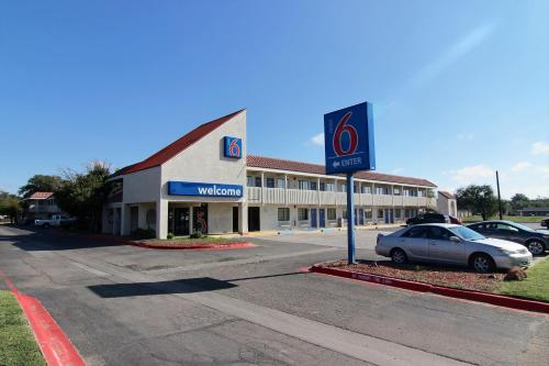 Motel 6 amarillo airport in amarillo tx swimming pool for Amarillo parks and recreation swimming pools