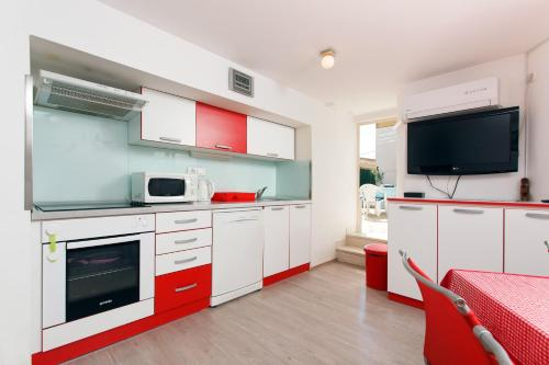 http://www.booking.com/hotel/hr/apartment-andrea-split1.html?aid=1728672