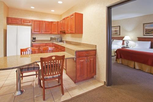 Holiday Inn Express Hotel & Suites Barstow Photo