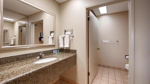 Best Western PLUS Forest Park Inn Photo
