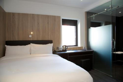queen room disability access the z hotel glasgow glasgow
