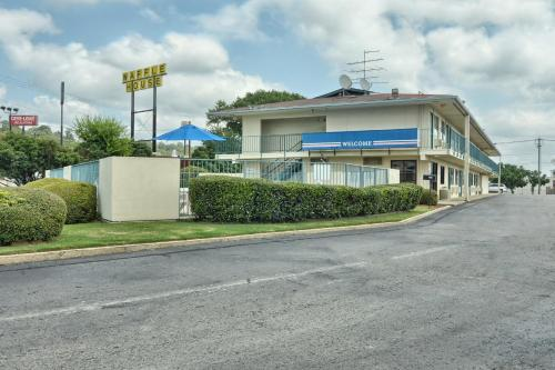 Motel 6 Conway Photo