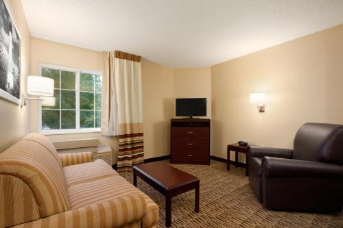 Hawthorn Suites by Wyndham Detroit Farmington Hills Photo
