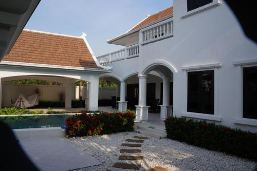 4 Bedroom Villa in Pattaya Beachfront, Na Jomtien