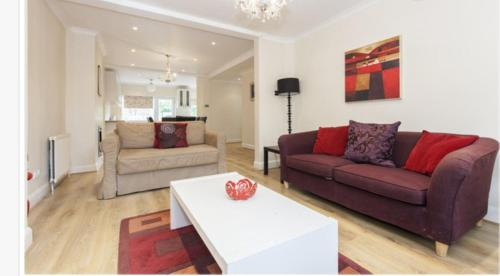Three-Bedroom House on The Vale a London