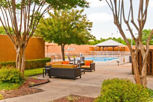 Courtyard Memphis East/Lenox Corporate Park Photo