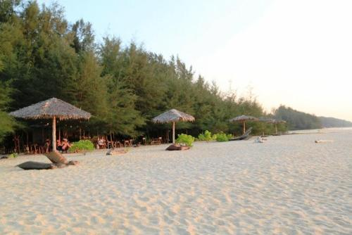 Hapla Beach Cottage In Laem Son National Park Thailand