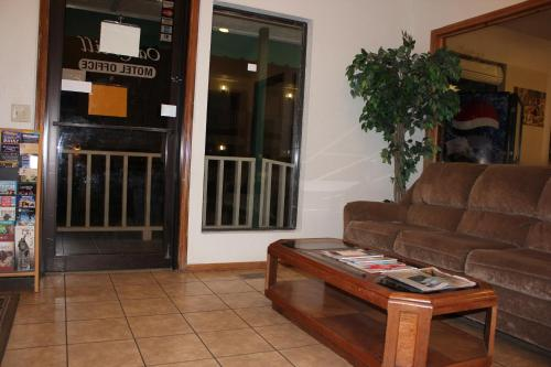 Oak Hill Inn and Suites Photo