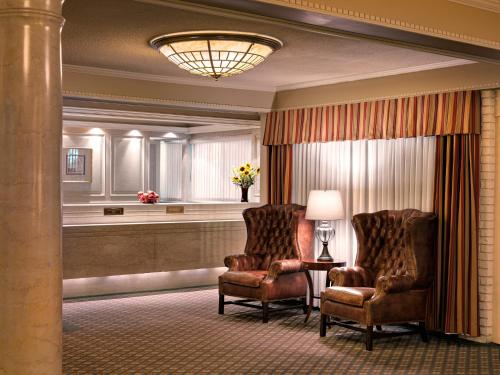 Royal Scot Hotel & Suites Photo