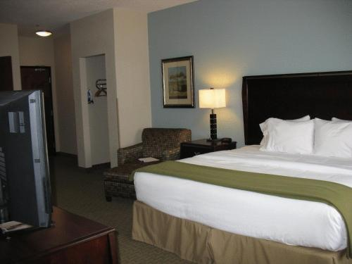 Holiday Inn Express & Suites Pittsburg Photo