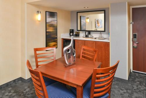 Courtyard by Marriott Denver Cherry Creek Photo
