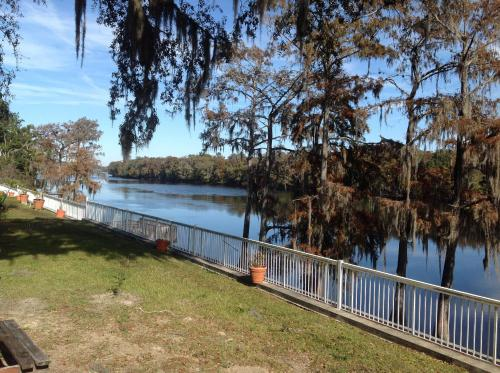 The Suwannee Gables Motel & Marina Photo