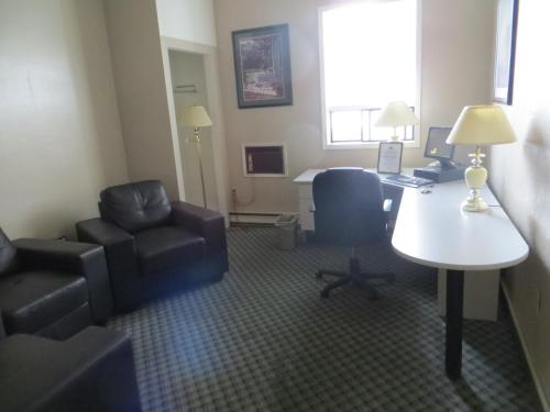 Travelodge Red Deer Photo